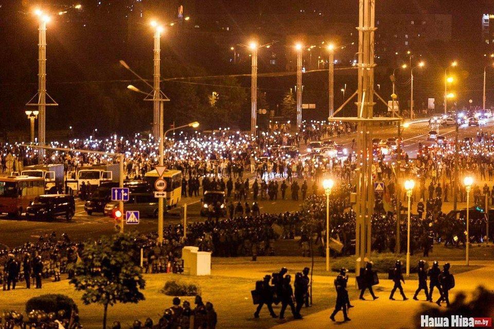 В Беларуси ОМОН устроил кровавую бойню, пострадали сотни человек – ФОТО - фото 203787