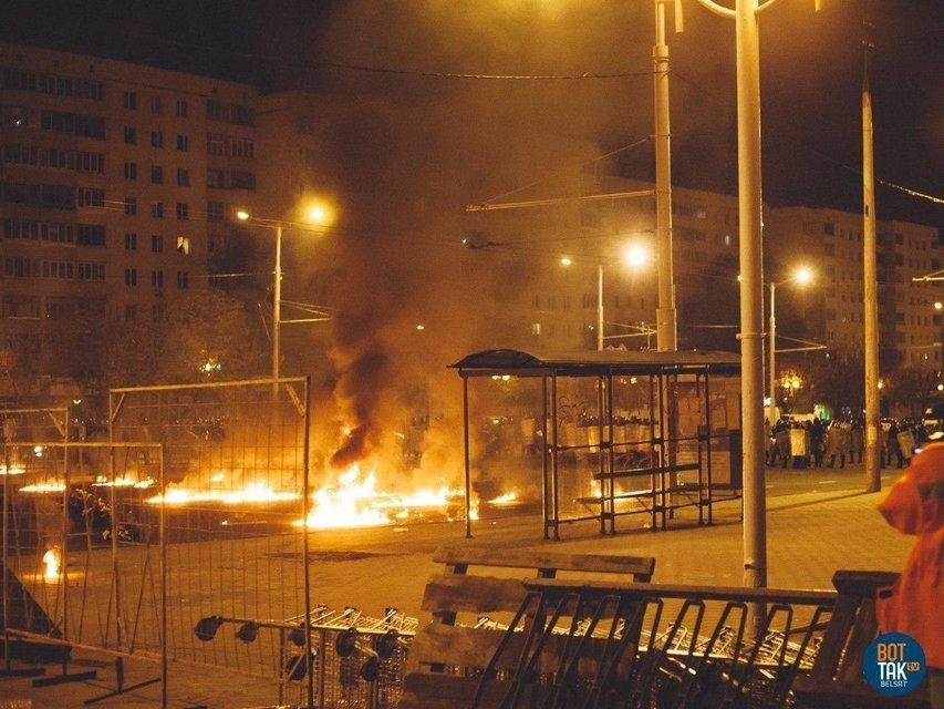 Протесты в Беларуси, день второй: Как это было – ФОТО, ВИДЕО - фото 203833