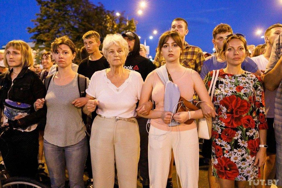 Протесты в Беларуси, день второй: Как это было – ФОТО, ВИДЕО - фото 203836