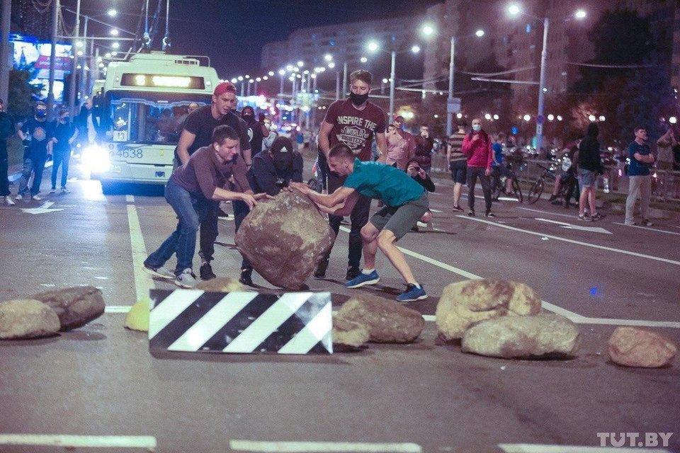 Протесты в Беларуси, день второй: Как это было – ФОТО, ВИДЕО - фото 203837