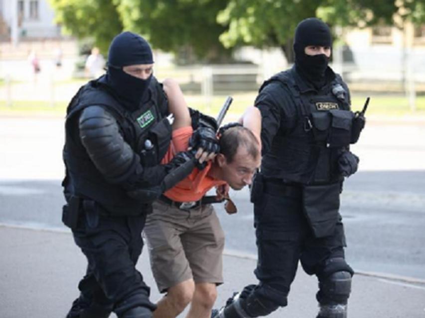 В Минск стянули военных и технику для прорыва баррикад, протесты продолжаются (ФОТО) - фото 203912