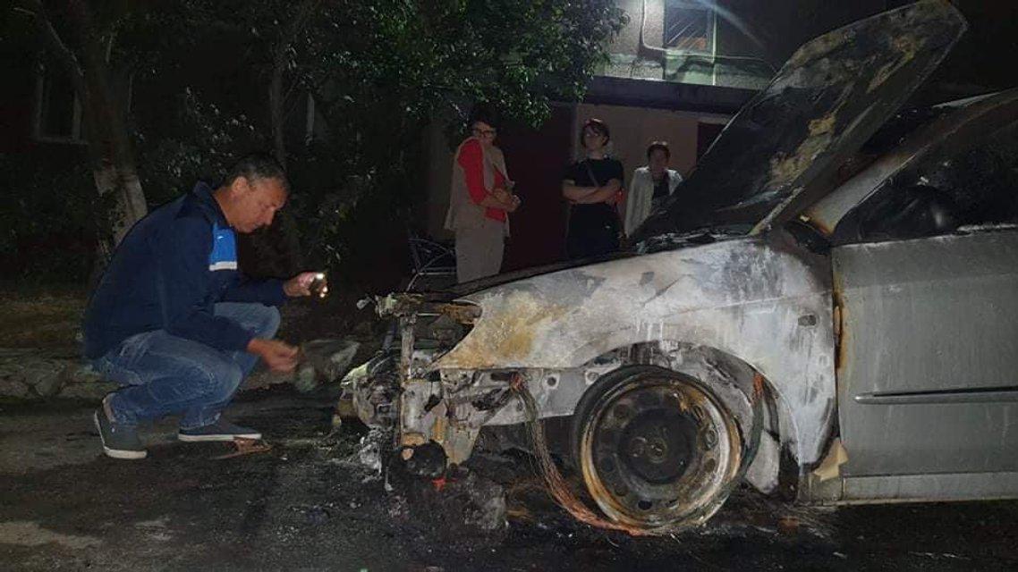Неизвестные сожгли машину журналистов 'Схем' – ФОТО - фото 204122