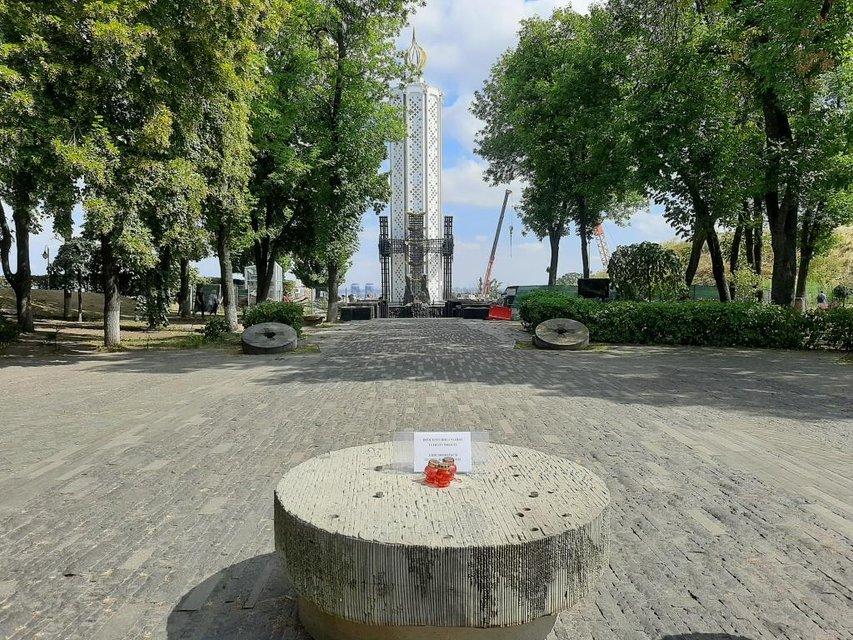 В Киеве вандалы осквернили скульптуру о Голодоморе - ФОТО - фото 204344