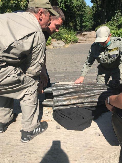 В Киеве вандалы осквернили скульптуру о Голодоморе - ФОТО - фото 204346