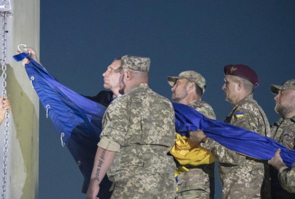В столице подняли самый большой флаг в Украине – ФОТО - фото 204349
