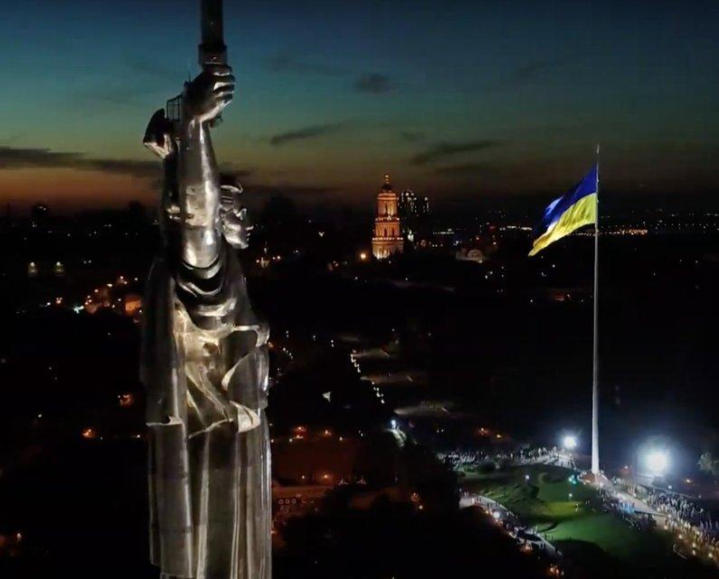 В столице подняли самый большой флаг в Украине – ФОТО - фото 204350