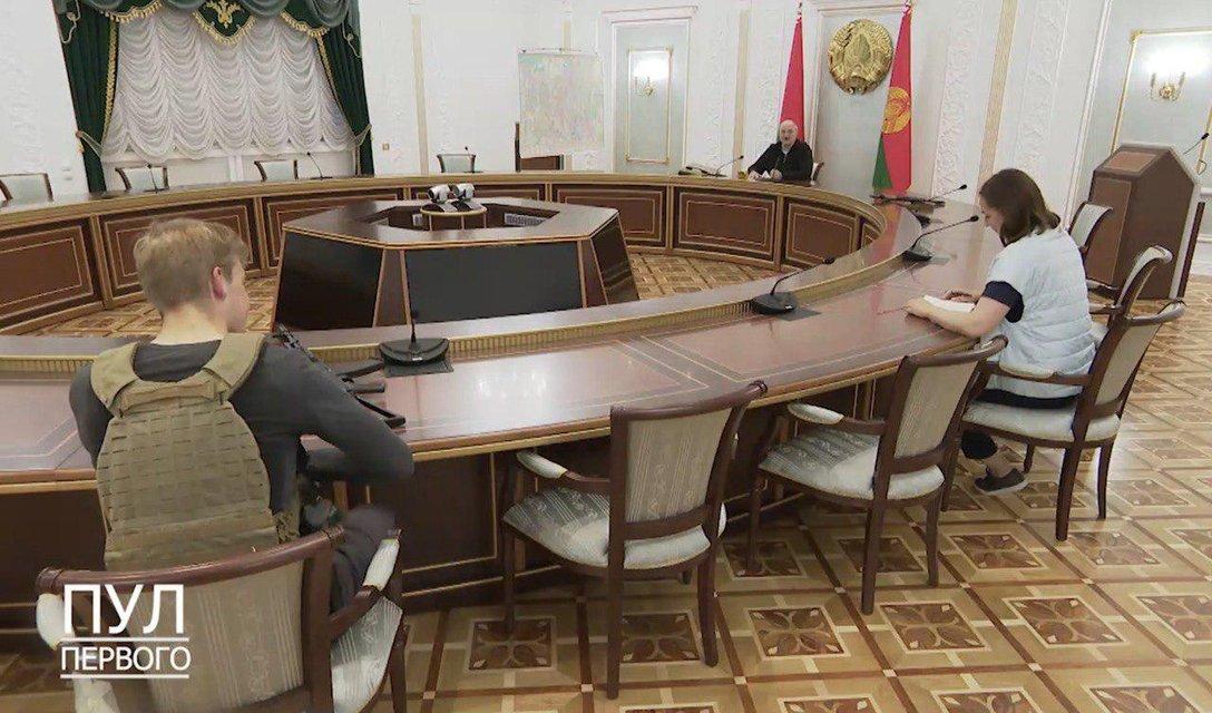 Вы напугали деда: Лукашенко облачился в бронежилет и вооружился до зубов - фото 204376