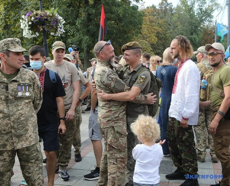 В Киеве прошел Марш защитников Украины - яркие ФОТО - фото 204395