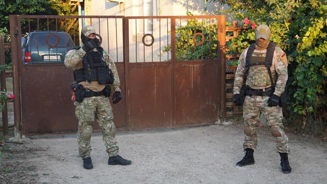 В Крыму оккупанты нагло вломились в дома татар: Что происходит? - фото 204732