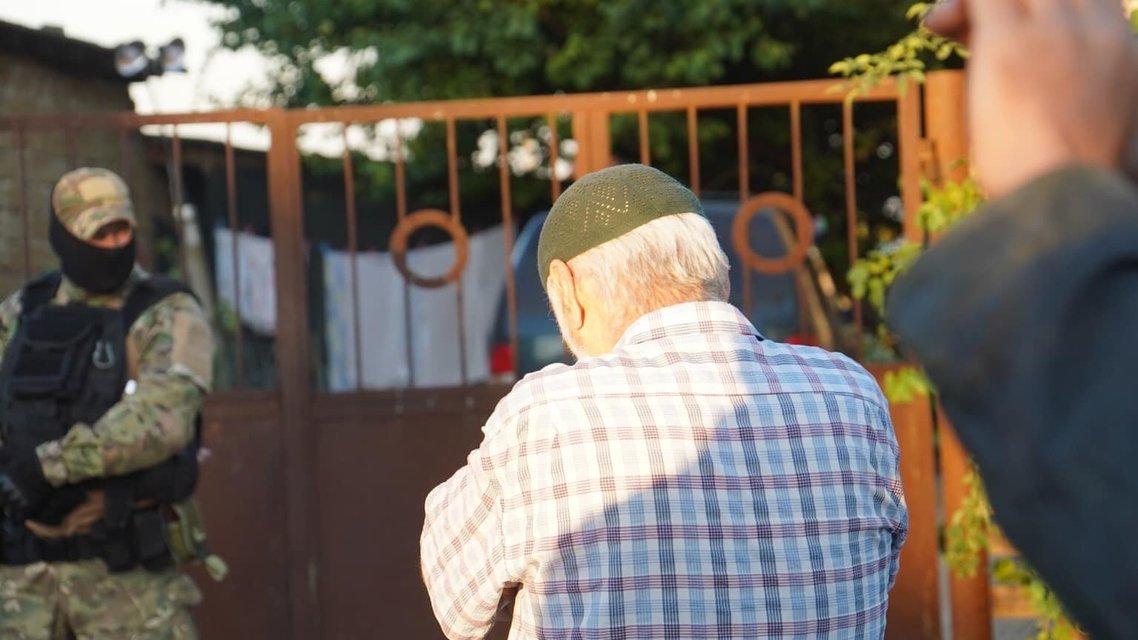 В Крыму оккупанты нагло вломились в дома татар: Что происходит? - фото 204733