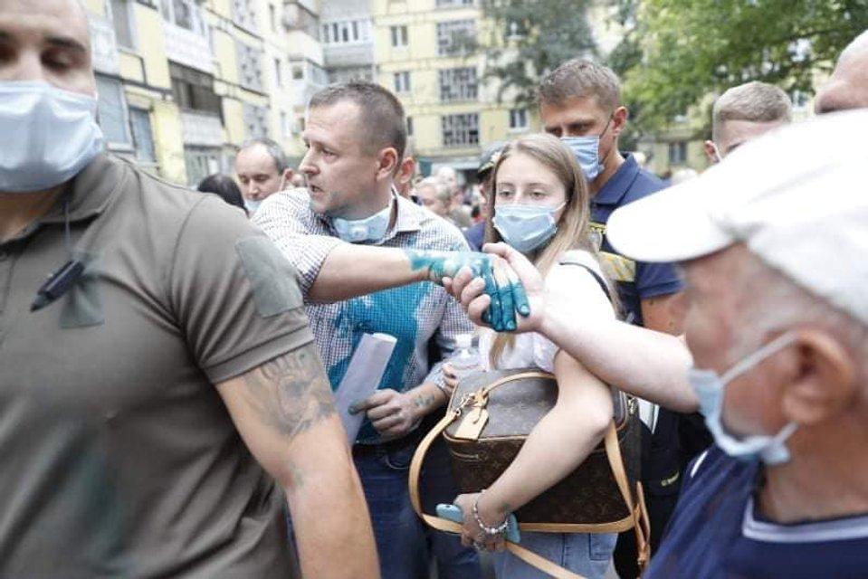В Днепре Филатова облили зеленкой – ФОТО - фото 205016