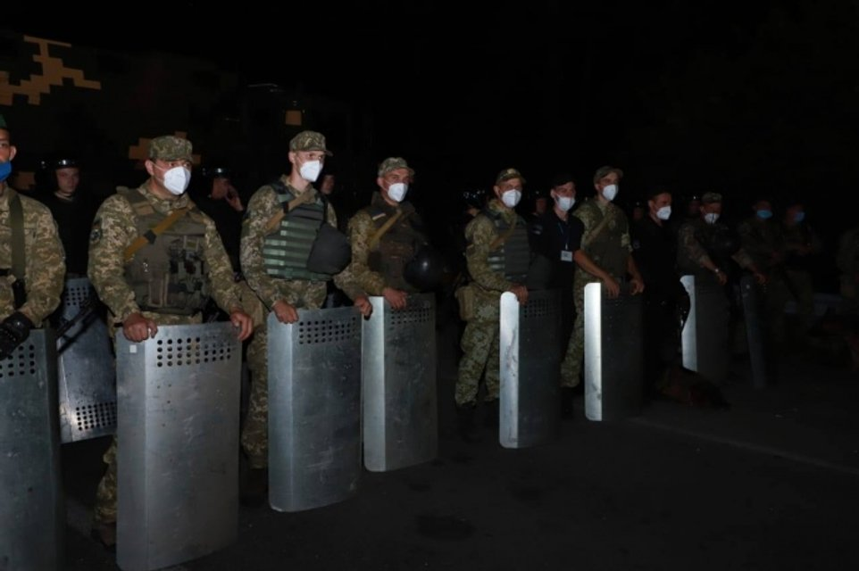 Сотни хасидов штурмуют границу Украины и Беларуси, Киев стянул Нацгвардию - фото 205398