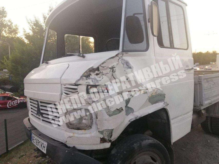 В Днепре грузовик врезался в маршрутку, есть пострадавшие – ФОТО - фото 205439
