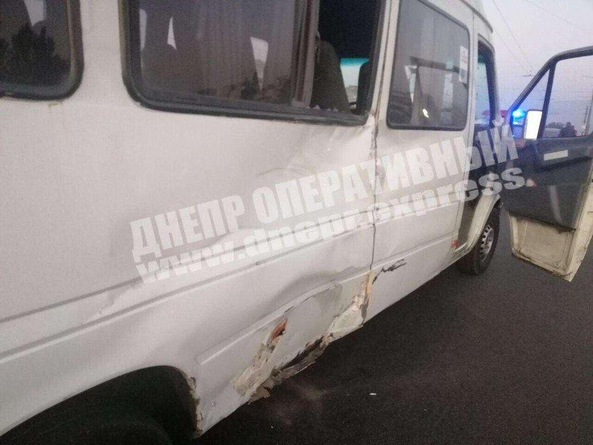 В Днепре грузовик врезался в маршрутку, есть пострадавшие – ФОТО - фото 205440