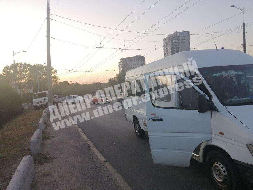 В Днепре грузовик врезался в маршрутку, есть пострадавшие – ФОТО - фото 205441
