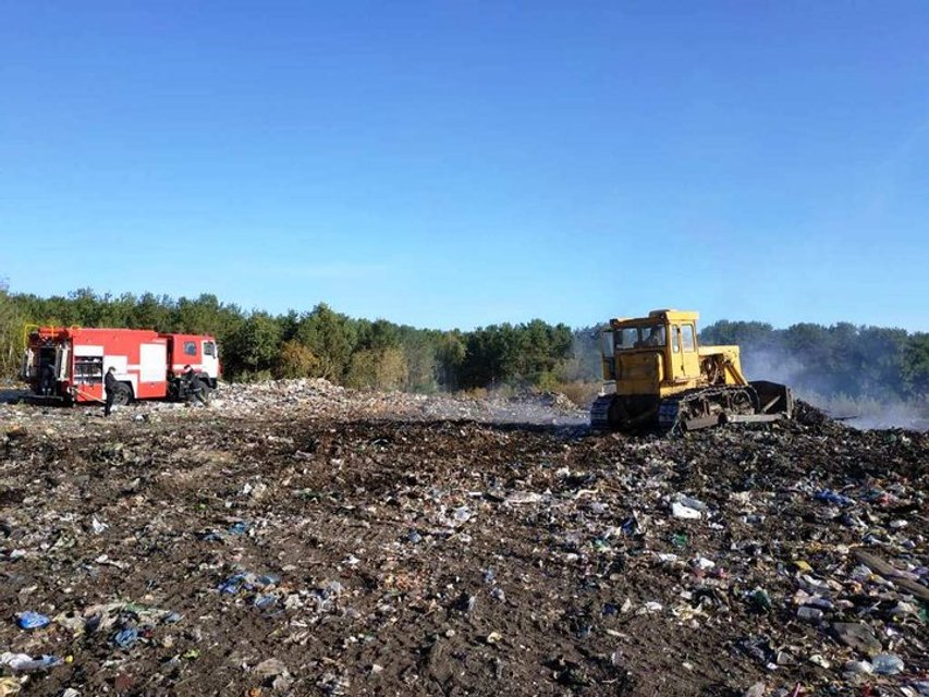 В Житомирской области масштабно горит свалка, огонь может перекинуться на лес - фото 205659