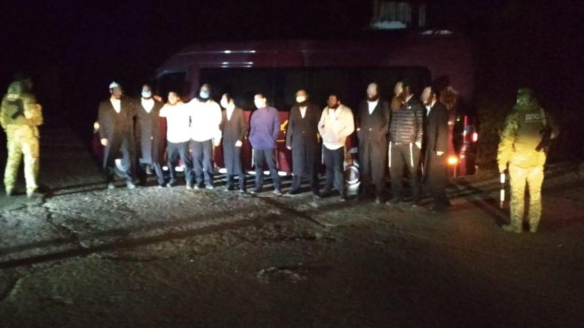 Группа хасидов попыталась выехать из Украины, но что-то пошло не так - фото 205749