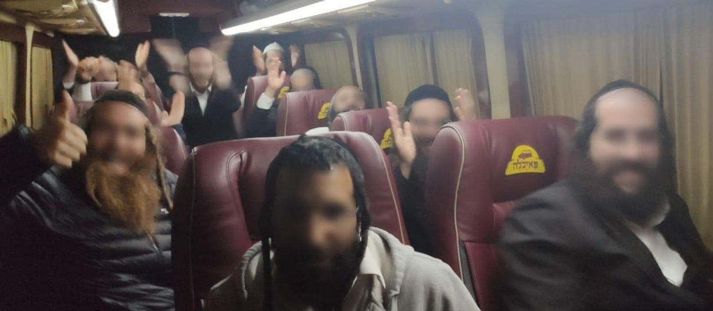 Группа хасидов попыталась выехать из Украины, но что-то пошло не так - фото 205750
