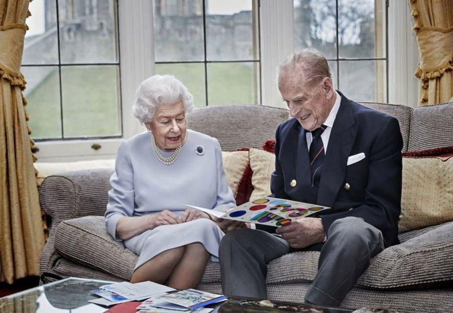 Королева Елизавета II и принц Филипп празднуют 73-ю годовщину свадьбы - фото 206384