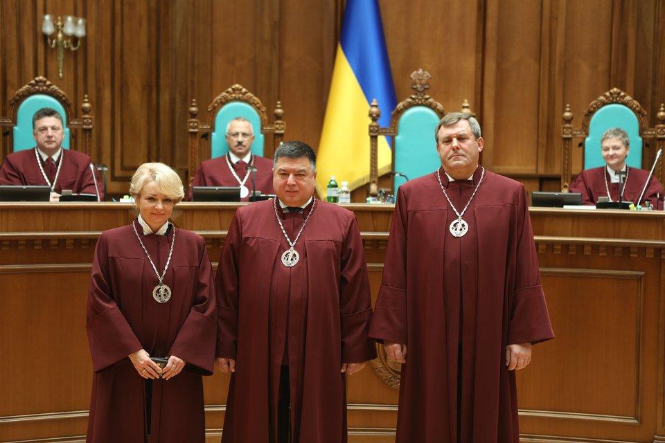Юридически ничтожен: Конституционный суд пошел против воли Зеленского - фото 206740