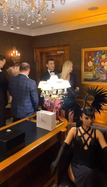 Плював на карантин: Нардеп Тищенко провів вечірку в елітному готелі - фото 207727