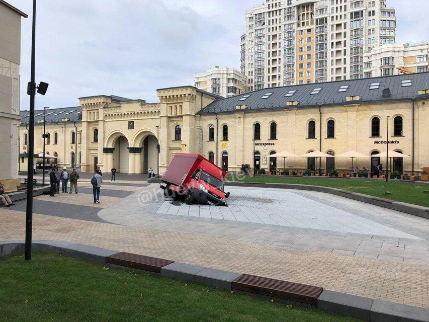 На Арсенальній площі відкрили унікальний фонтан - наступного дня його поламав авторагуль - фото 208997