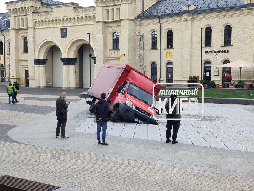 На Арсенальній площі відкрили унікальний фонтан - наступного дня його поламав авторагуль - фото 209001