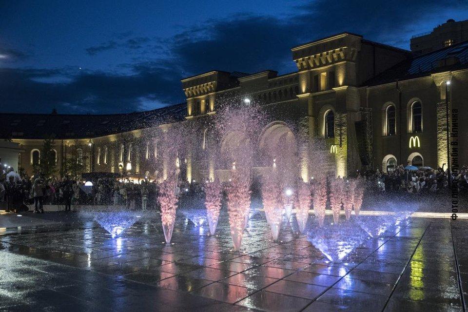 На Арсенальній площі відкрили унікальний фонтан - наступного дня його поламав авторагуль - фото 209002