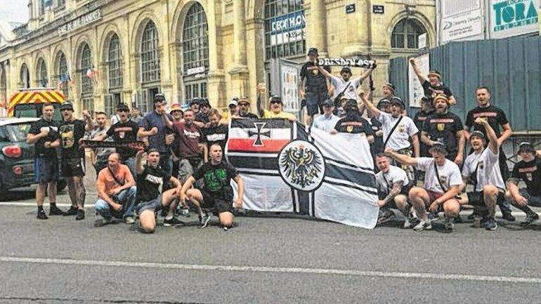 Хулиганы позируют с военным знаменем германского рейха - фото 1
