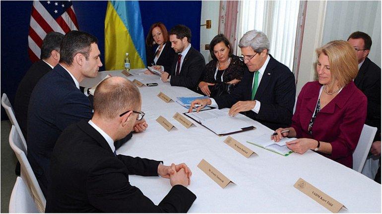 Нулланд и госсекретарь Джон Керри на встрече с украинскими оппозиционерами в 2014 году (на фото в центре) - фото 1