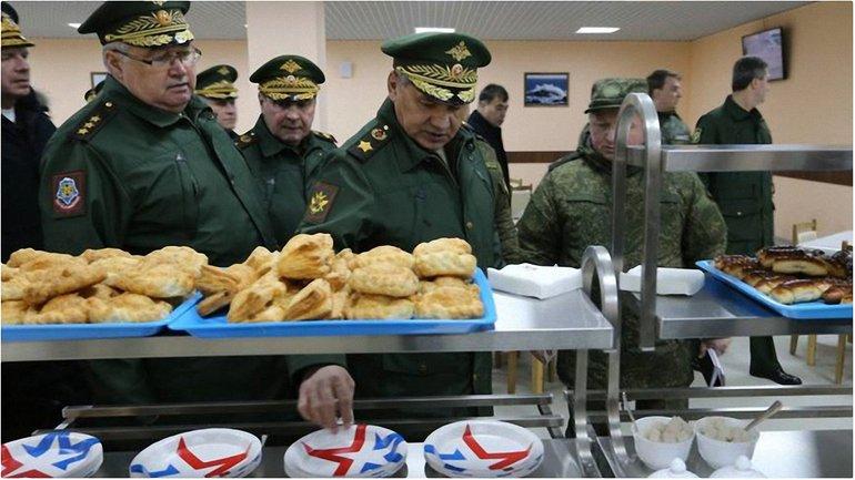 Оккупационные войска в очереди за хлебо-булочными изделиями - фото 1