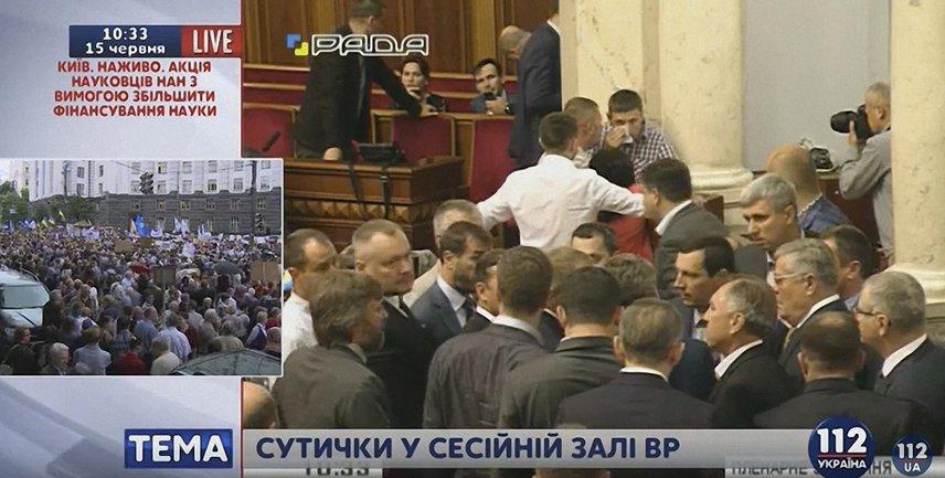 В парламенте снова подрались депутаты - фото 1