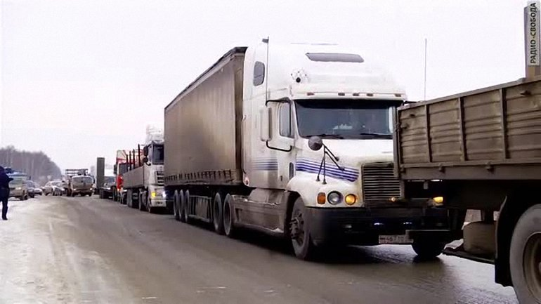Водители грузовиков уже третий день не могут попасть в РФ - фото 1