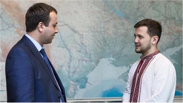Руководитель Государственного управления делами Сергей Борзов передал украинцу ключи от квартиры. - фото 1