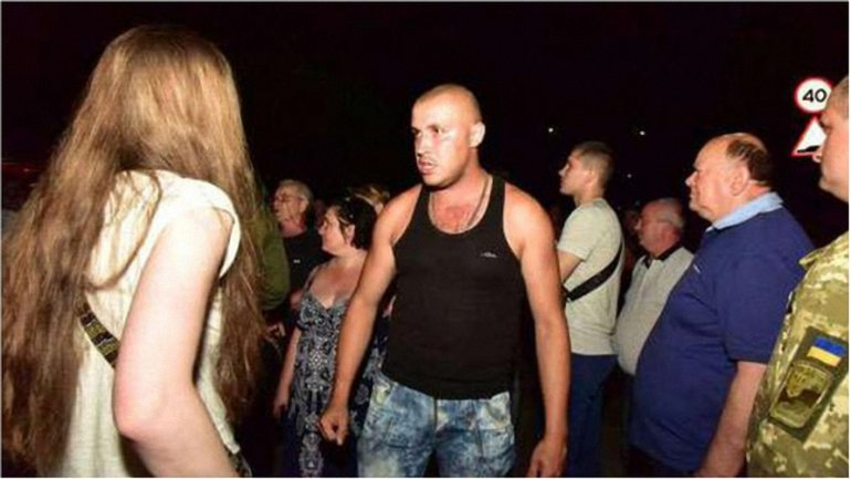 Жители Торецка безуспешно попытались помешать солдатам передислоцироваться. - фото 1