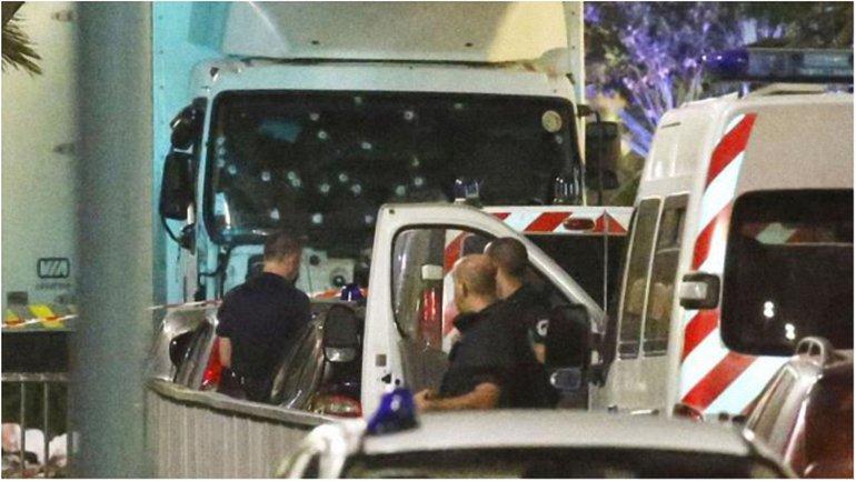 Полицейские изрешетили грузовик, который задавил десятки людей. - фото 1