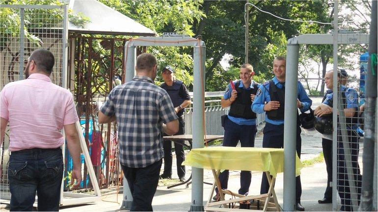 Участники крестного хода стягиваются к Владимирской горке - фото 1