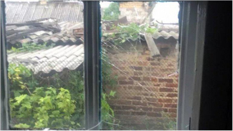 Мина боевиков снесла стену в жилом доме. - фото 1