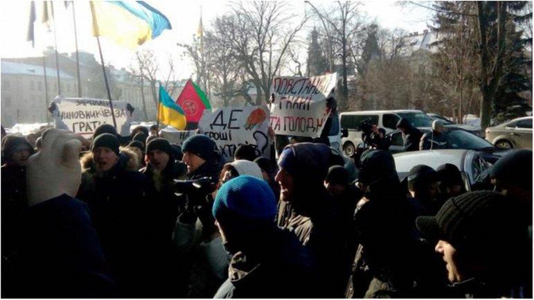 Украинские протестующие якобы первые напали на автомобиль с поляками. - фото 1