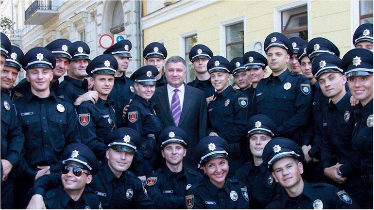 Аваков в окружении полицейских  - фото 1