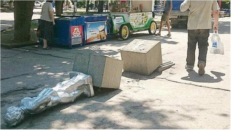 В Крыму неизвестные начали декоммунизацию с памятника маленькому Владимиру Ульянову. - фото 1