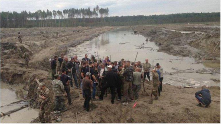 Незаконно добывающие янтарь в Ровненской области не готовы распрощаться со своей работой - фото 1