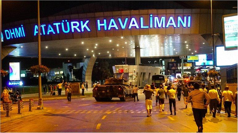 После ночных боев в Турции вновь начали работу аэропорты. - фото 1