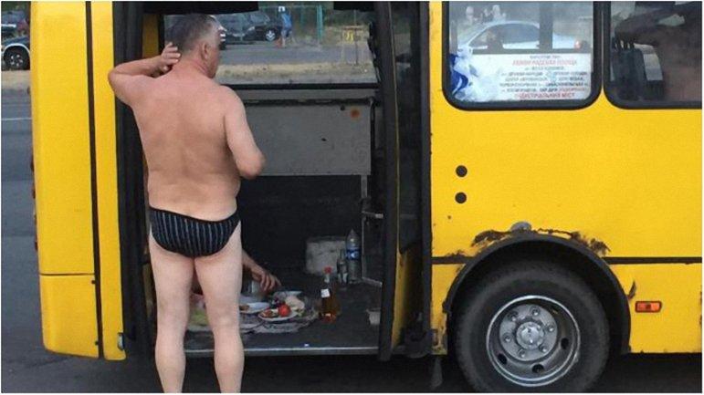 Мужчины разложили еду и выпивку прямо на ступеньках микроавтобуса. - фото 1