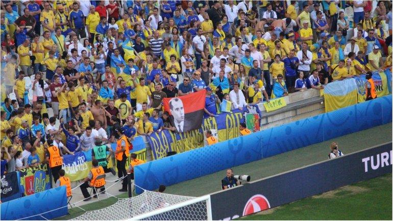Степан Бандера на матчі Україна - Польща - фото 1