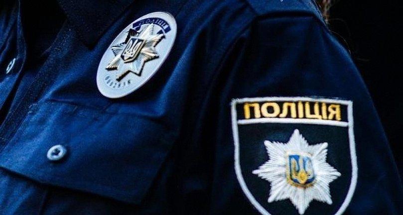 Полиция задержала надругавшегося над флагом Украины мужчину. - фото 1