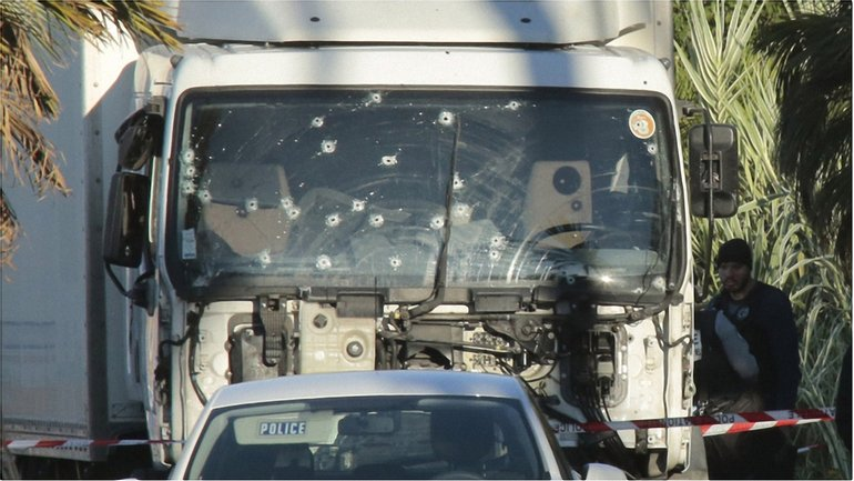 Своим орудием террорист избрал грузовик - фото 1