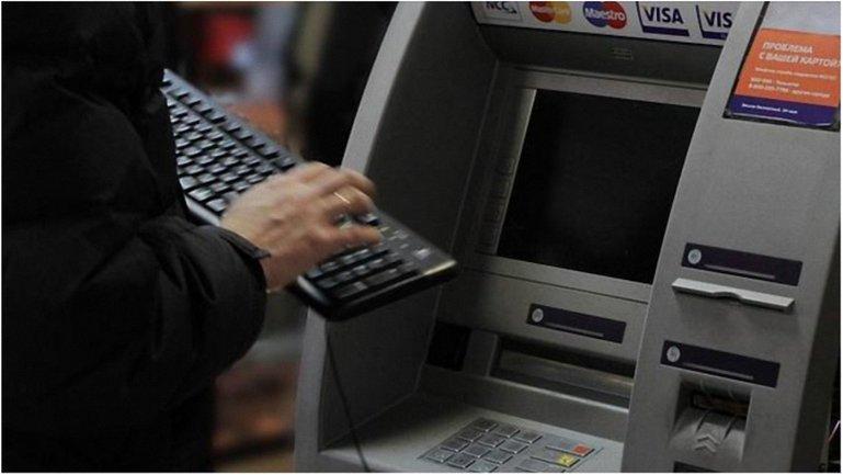 За сутки из банкоматов Киева украли 500 тысяч гривен. - фото 1