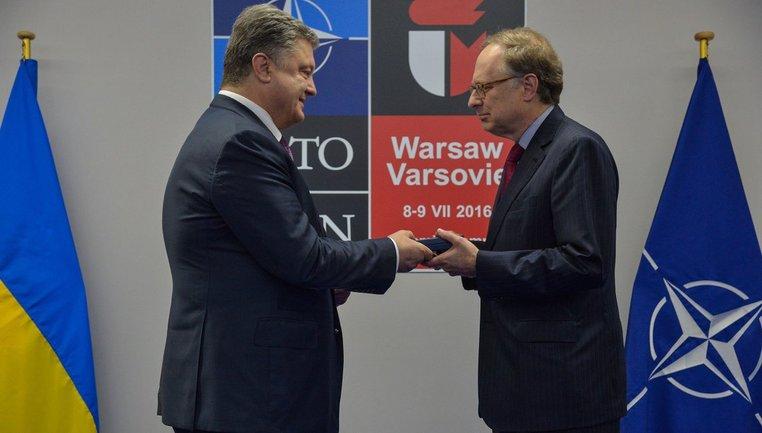 Петр Порошенко в Варшаве наградил заместителя Столтенберга. - фото 1