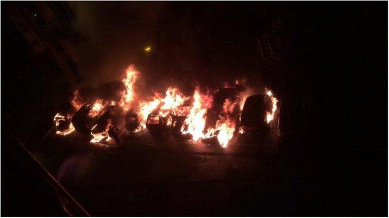 Пожар, возникший после взрывов, уничтожил восемь автомобилей. - фото 1